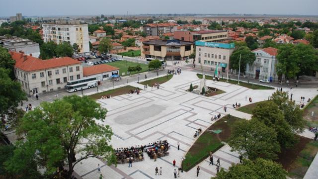 Площадът пред кметството и фонтаните в Нова Загора